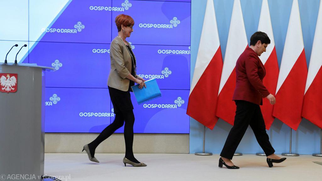 Premier Beata Szydło oraz minister rodziny, pracy i polityki społecznej Elżbieta Rafalska w kancelarii premiera po posiedzeniu rządu, 9 maja 2017 r.
