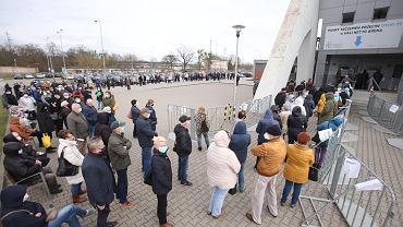 29 marca 2021 . Gigantyczna kolejka do szczepień na COVID-19 w Netto Arenie w Szczecinie