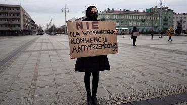 Kobiety podczas protestu przeciwko zapowiedzi rządu na temat próby wypowiedzenia Konwencji Stambulskiej o zapobieganiu i zwalczaniu przemocy wobec kobiet i przemocy domowej