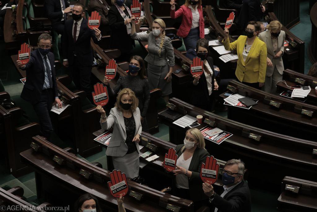 Posłowie Lewicy podczas protestu ws. wypowiadaniu konwencji antyprzemocowej