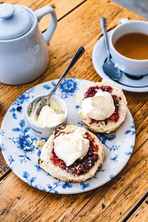 Kornwalia, popołudniowa herbatka -scones zkonfiturą iclotted cream (zkremem śmietanowym)