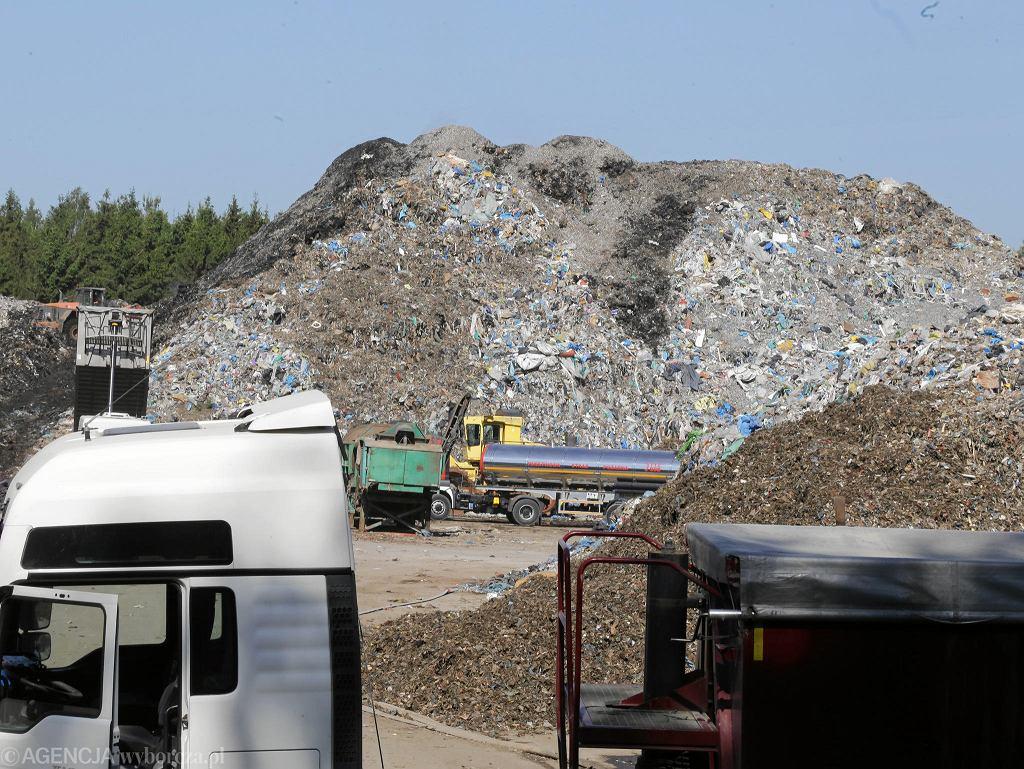 Studzianki, straż pożarna dogasza pożar w sortowni śmieci