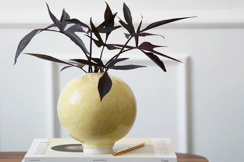 Jasnożółty wazon z porcelany.