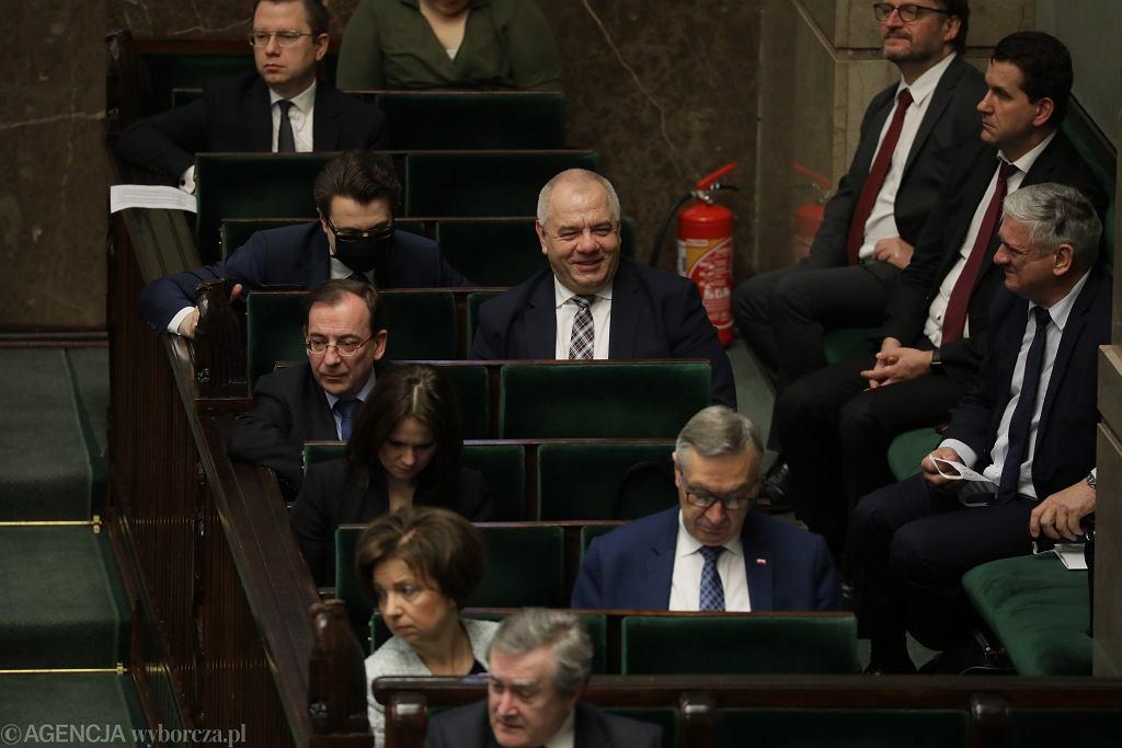 Posłowie podczas posiedzenia przed głosowaniem nad ustawą o głosowaniu korespondencyjnym - 7 maja 2020