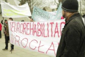 """""""Nie pozwolimy zmienić tej ustawy"""". Protest fizjoterapeutów w Warszawie"""