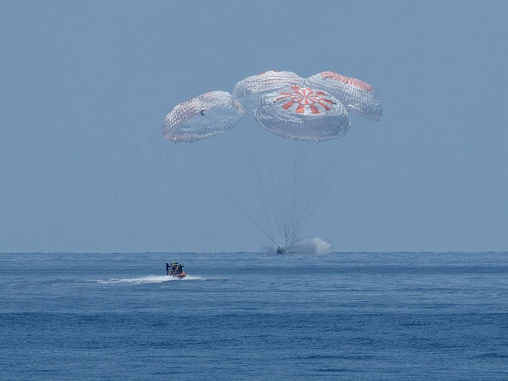 Moment wodowania kapsuły Crew Dragon po pierwszej demonstracyjnej misji załogowej w 2020 roku