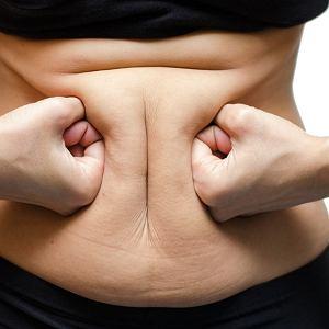 Po menopauzie bardziej tyjemy wokół brzucha niż w udach i biodrach. Pojawia się wredna oponka.