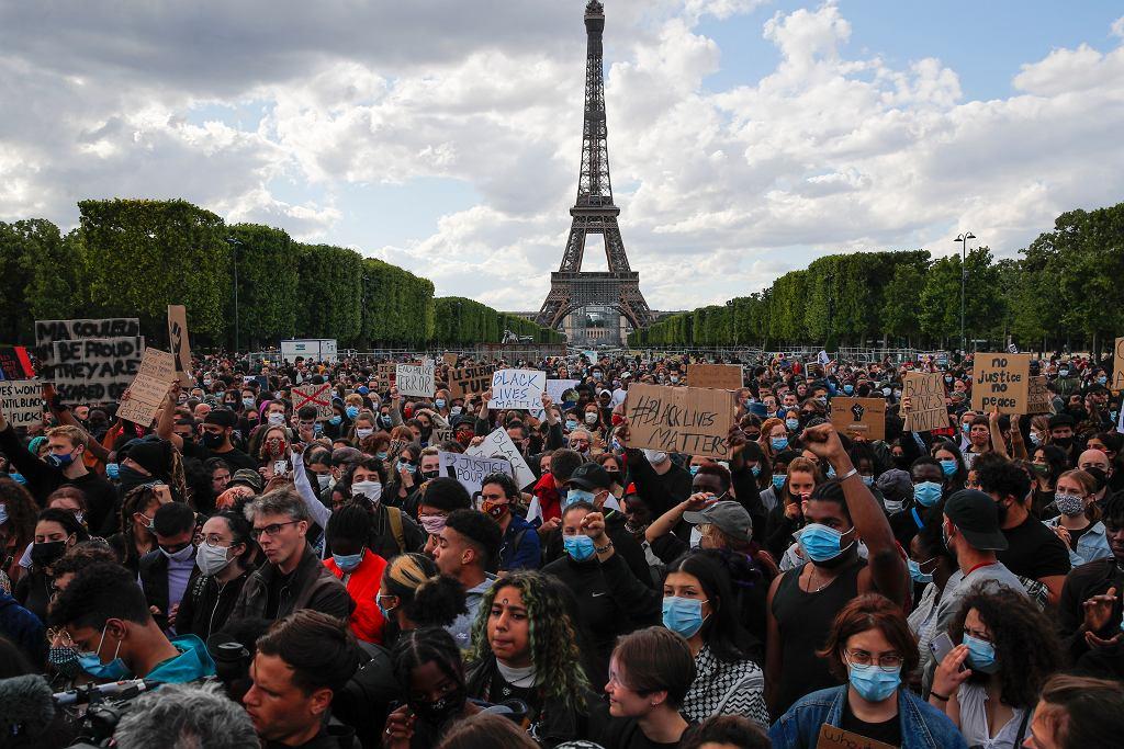 Paryż. Protest solidarnościowy przeciwko rasizmowi i brutalności policji po śmierci Georga Floyda