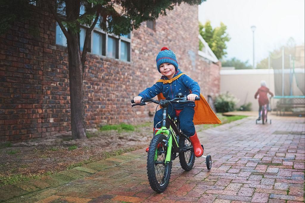 Dziecko na rowerze. Zdjęcie ilustracyjne.
