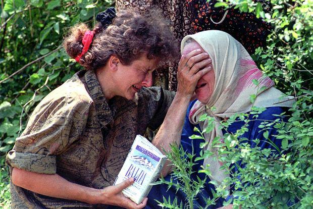 Uchodźczyni ze Srebrenicy w Tuzli, zdj. z 13 lipca 1995 roku
