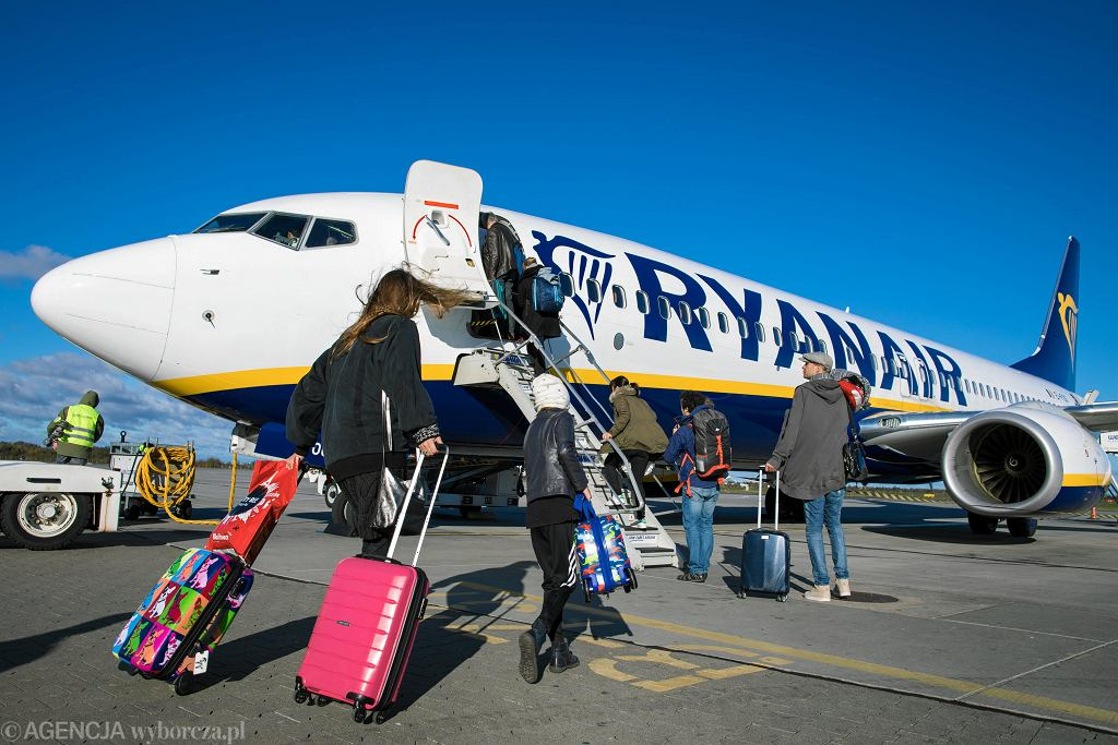Samolot linii 'Ryanair' na lotnisku w Poznaniu, 30 października 2017