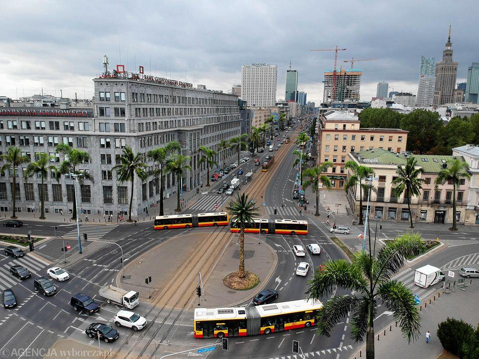 Widok z powietrza na Rondo Charlesa de Gaulle'a i palmę.