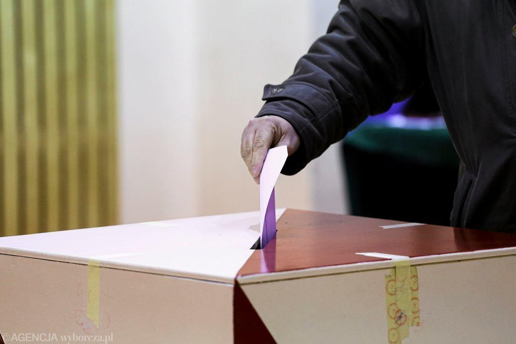 Głosowanie. Wybory samorządowe w Warszawie
