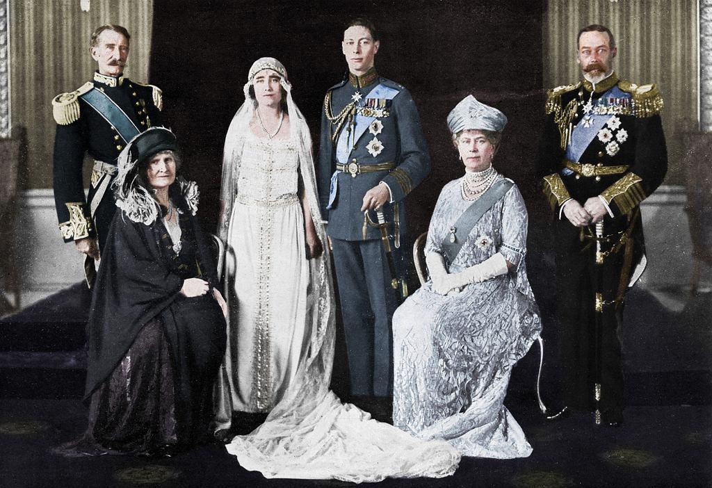 Ślub księcia Yorku i lady Elizabeth Bowes-Lyon, 1923 r. Panna młoda i pan młody i ich rodzice. Hrabia i hrabina Strathmore, księżna i książę Yorku oraz król Jerzy V i królowa Maria