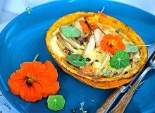 Dyniowe tartaletki z wędzonym łososiem, gruszką i nasturcją - ugotuj