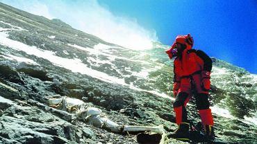 Członkiem ekspedycji, której celem było znalezienie ciał George'a Mallory'ego i Andrew Irvine'a, był słynny wspinacz Conrad Anker. I to on znalazł zwłoki Mallory'ego wraz ze starannie zawiniętymi listami od żony. Poszukiwacze nie odnaleźli Irvine'a, który zapewne miał aparat fotograficzny, a w nim być może zdjęcia ze szczytu Everestu.