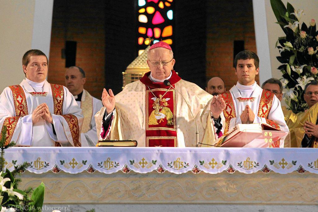 Msza święta odprawiana przez biskupa kieleckiego Kazimierza Ryczana