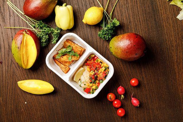 Halibut z salsą mango, ziemniaki opiekane