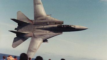 Oszałamiające zdjęcia niskiego przelotu F-14