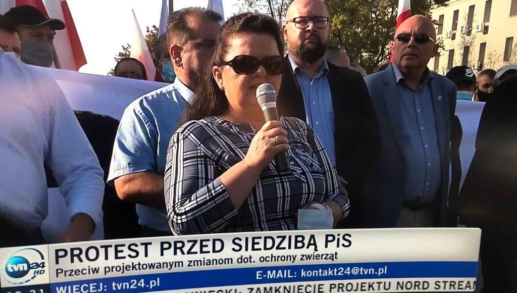 Renata Beger przed siedzibą PiS
