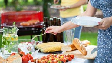 Sałatka na grilla to doskonały dodatek do wielu dań z rusztu.