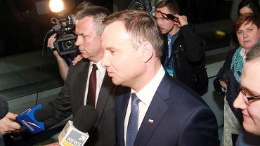 Po debacie w TVP na kandydatów czekali dziennikarze. Na zdjęciu - próbują odpytać Andrzeja Dudę