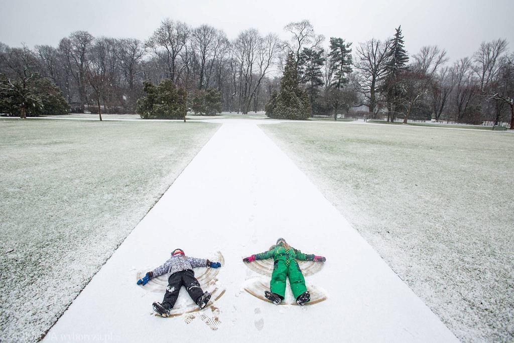 Pierwsze opady śniegu w tym roku ucieszyły dzieci.