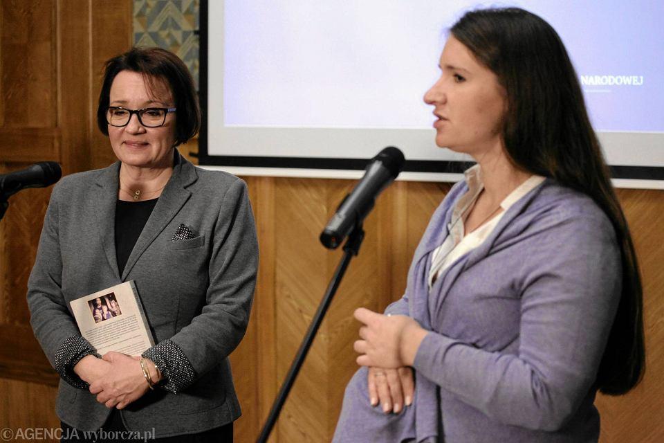 Minister edukacji Anna Zalewska i Karolina Elbanowska. Zdjęcie z listopada 2015 r.