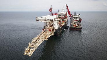 Okręt Solitaire i statek dostawczy Fortitude kładą rury gazociągu Nord Stream 2, Morze Bałtyckie, 5 września 2018