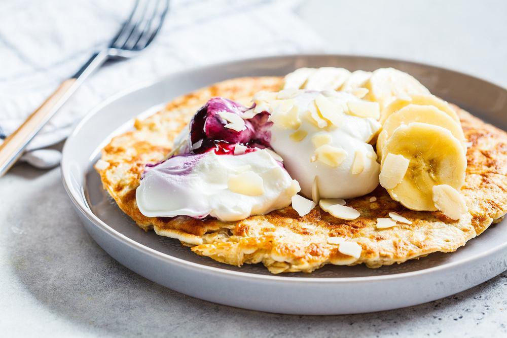 Omlet na słodko z płatkami owsianymi to pyszna alternatywa dla owsianki lub zwykłej jajecznicy