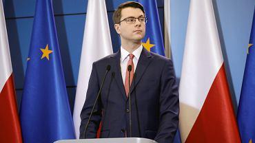 Rzecznik rządu Piotr Müller: Utrzymanie obecnych obostrzeń to wariant najbardziej prawdopodobny
