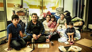 Gulistan Szao Issa z rodziną w lotniskowej palarni, w której koczują od ponad miesiąca. Dopóki trwa przeciw nim dochodzenie w sprawie próby nielegalnego przekroczenia granicy, nie mogą opuścić lotniska