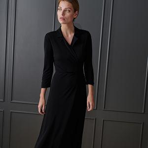 Czarna sukienka o długości midi