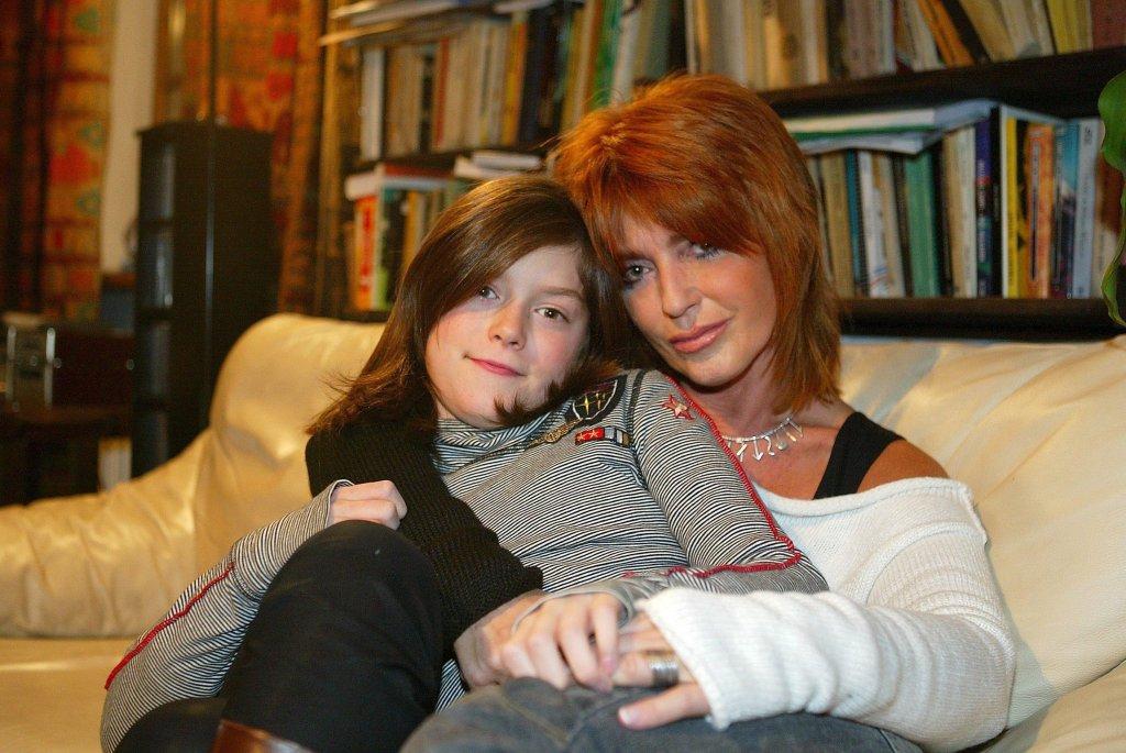 Ewa Sałacka z córką Matyldą w 2005 r. Czy aktorka była uczulona na jad osy? Matylda: - Kiedyś zareagowała na użądlenie dużym obrzękiem ręki