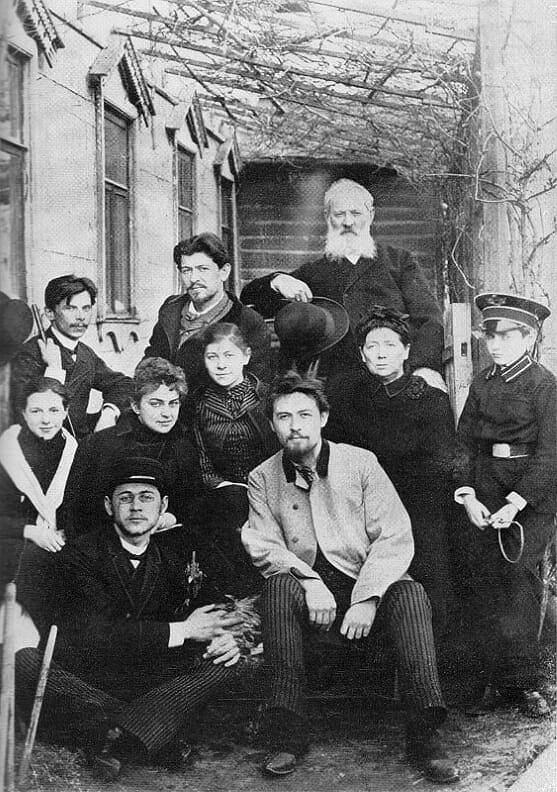 Rodzina Czechów z przyjaciółmi. Od lewej siedzą w pierwszym rzędzie: Michaił i Anton; w drugim rzędzie od lewej siedzą: Maria Korniejewa, Lika Mizinowa, Masza, matka, Sierioża Kisielow; w trzecim rzędzie od lewej stoją: Iwan, Aleksandr i ojciec. Moskwa, 1890 rok / Fot. Wikimedia Comons/domena publiczna