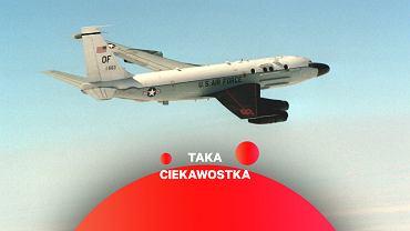 Samolot zwiadowczy RC-135S Cobra Ball. Prawe skrzydło pomalowane matową czarną farbą, aby nie odbijało światła i nie zakłócało działania aparatury pomiarowej, zamontowanej w prawej burcie