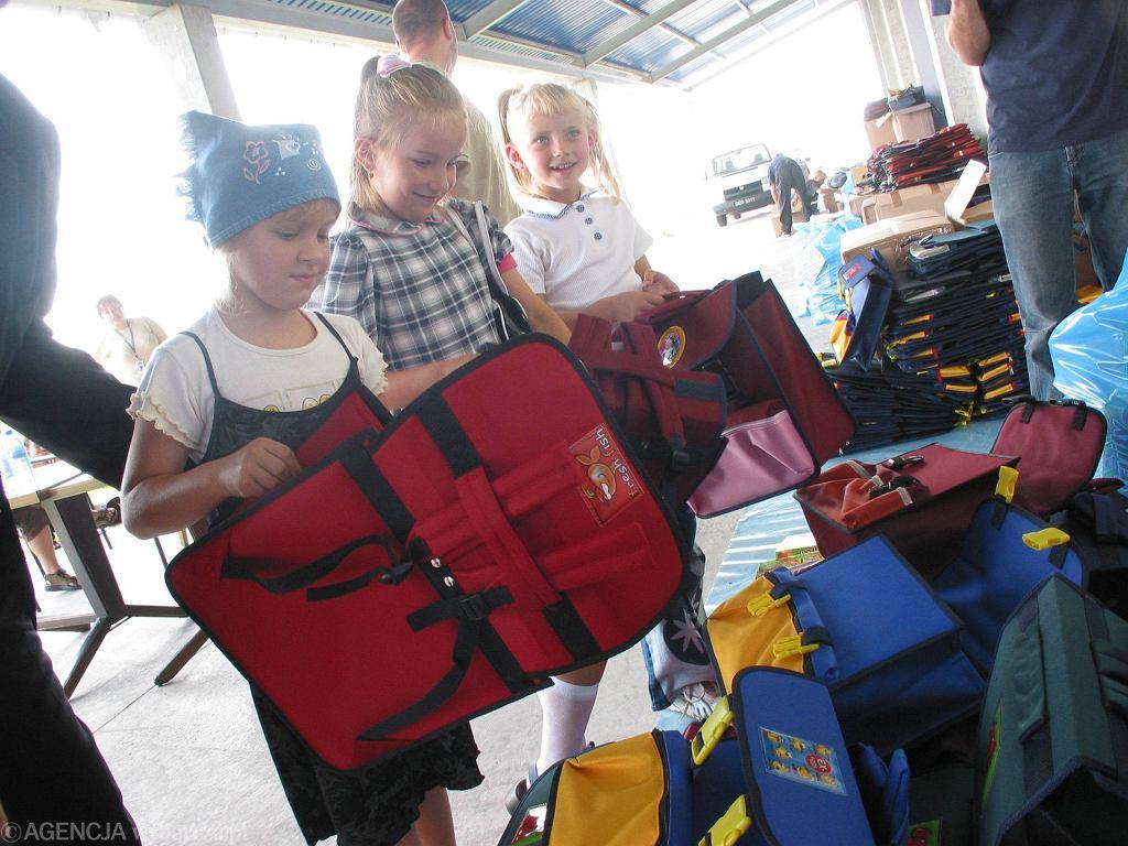 Caritas rozdaje przybory szkolne