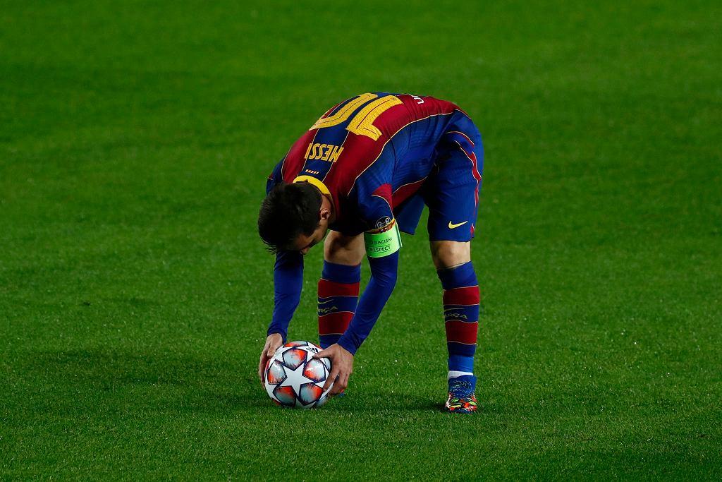 Piłkę ustawia Leo Messi