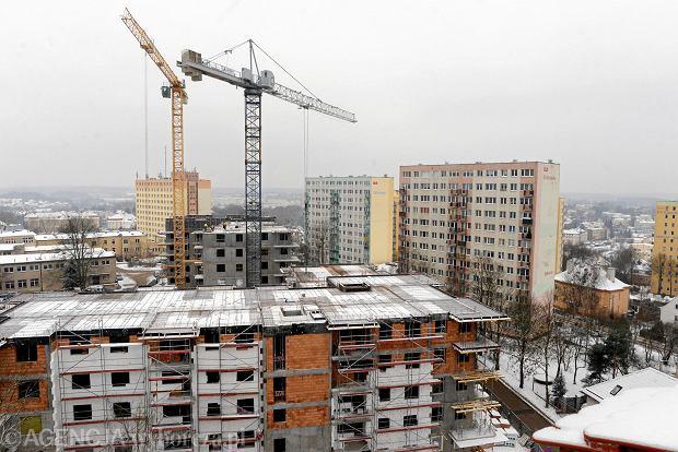 Deweloperzy budują coraz droższe mieszkania. Klienci kupują nawet dziury w ziemi