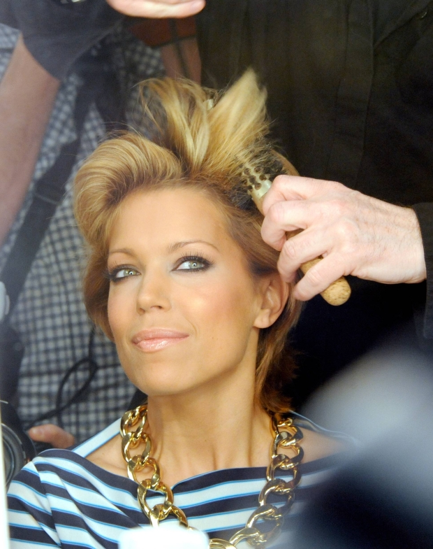 Bildnummer: 07199090  Datum: 19.01.2011  Copyright: imago/Thomas Lebie  Sylvie van der Vaart (NED), Ehefrau von Rafael van der Vaart, l?sst sich auf der Fashionweek Berlin 2011 die Haare von L Oreal Friseur Wolfgang Zimmer stylen; Fussball Herren NED Frau Familie privat People Mercedes Benz Fashion Week Modewoche Modenschau Berlin kbdig xkg 2011 hoch o0 Styling Hairstyling Fris?r Haare Stylist Hairstylist Partnerin Frau Frisur Spielerfrau    Image number 07199090 date 19 01 2011 Copyright imago Thomas Lebie Sylvie van the Vaart NED Wife from Rafael van the Vaart can to on the Fashion Week Berlin 2011 The Hair from l Oreal Hairdresser Wolfgang Room style Football men NED Woman Family Private Celebrities Mercedes Benz Fashion Week Fashion Week Fashion show Berlin Kbdig xkg 2011 vertical o0 Styling Hair Hairdresser Hair Stylist Hair Stylist Partner Woman Hairdo Players woman