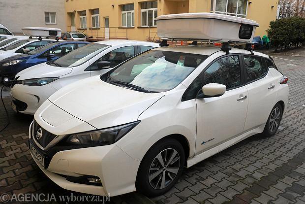 Samochód do elektronicznej kontroli pojazdów stojących w strefie płatnego parkowania w Warszawie