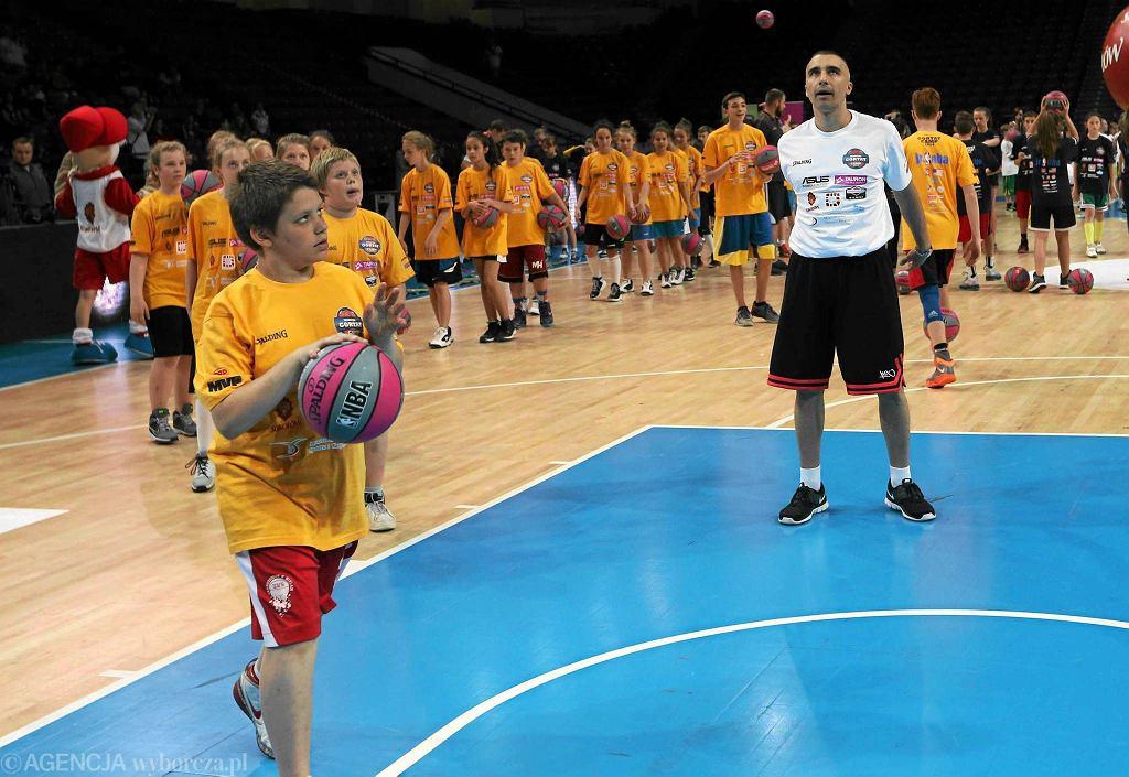 - W Warszawie jest zapotrzebowanie na koszykówkę młodzieżową - mówi Magda Lewandowska. Na zdjęciu Andrzej Pluta podczas zajęć dla dzieci Gortat Camp na Torwarze