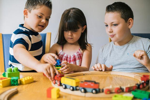 """Jak niepełnosprawne intelektualnie dziecko wpływa na siostrę lub brata? """"Stawia wyjątkowe wymagania"""""""