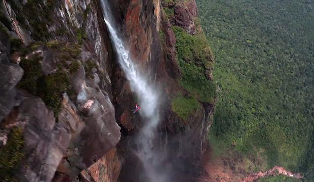 Polacy wspięli się na najwyższy wodospad świata. Jeden zeskoczył z niego ze spadochronem [WIDEO]