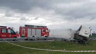 Wypadek na A2. Autostrada została zablokowana po wypadku tira z naczepą przewożącego torf
