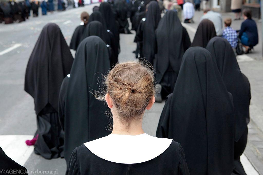 Nowicjuszka wśród zakonnic podczas procesji