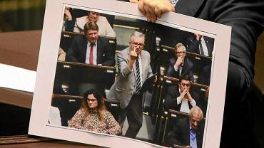 Poseł PiS Piotr Pyzik wykonywał wylgarne gesty podczas sejmowej debaty o TK