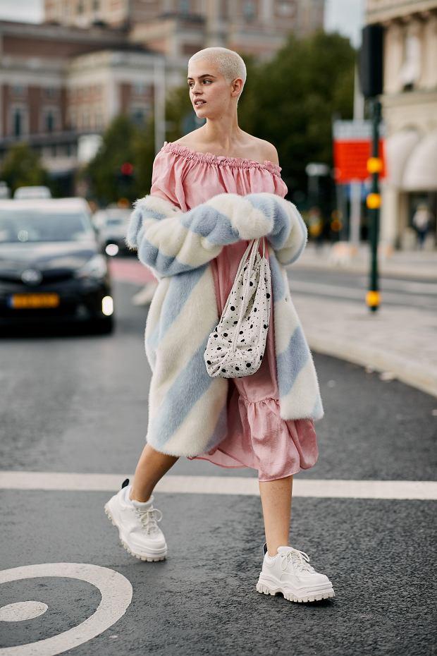 Zwiewna sukienka w stylizacji z futrzanym płaszczem