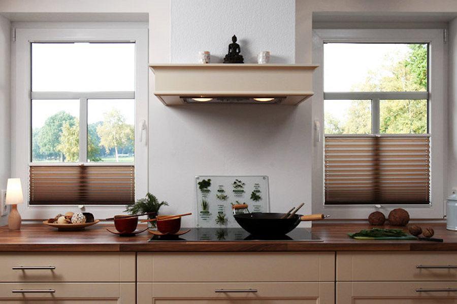 Żaluzje plisowane to dobre rozwiązanie na dekorację okien kuchennych