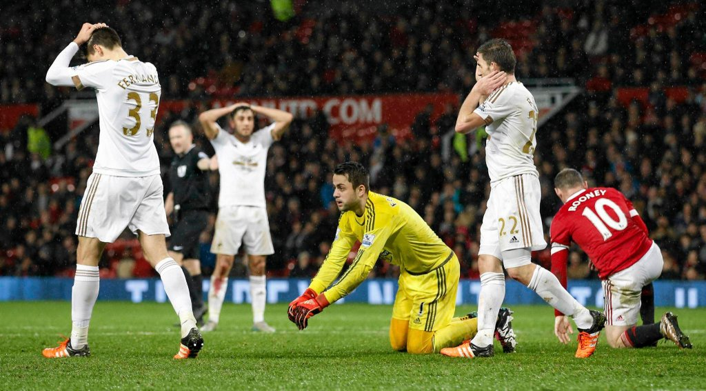 Łukasz Fabiański w meczu z Manchesterem United